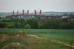 Pod_estakadami_mostu.